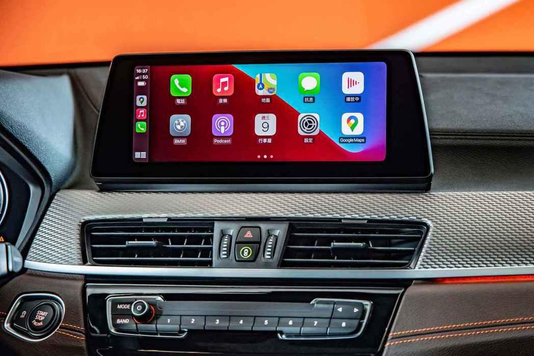 全新BMW X2全車型標準配備無線Apple CarPlay整合系統。 圖/汎德...