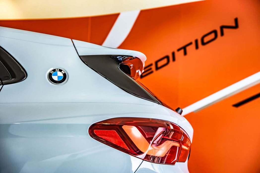 全新BMW X2透過C柱上的BMW徽飾向雙門經典跑車BMW 2000CS與3.0...
