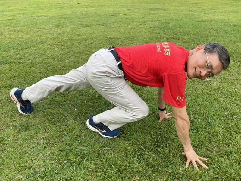 手腳著地高調爬行:雙手撐地向四周爬行,可以強化臂力和腿力,並訓練身體的協調與反應...