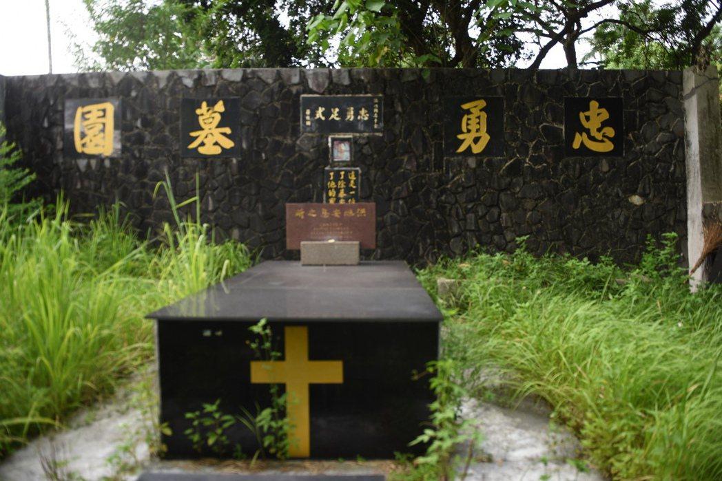 淪為荒煙漫草淹沒的洪旭墓園,其中「忠勇足式」為蔣經國所提。 圖/作者自攝