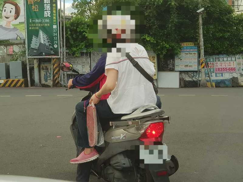網友拍到民眾手上拿著黑鮪魚。圖擷自路上觀察學院。