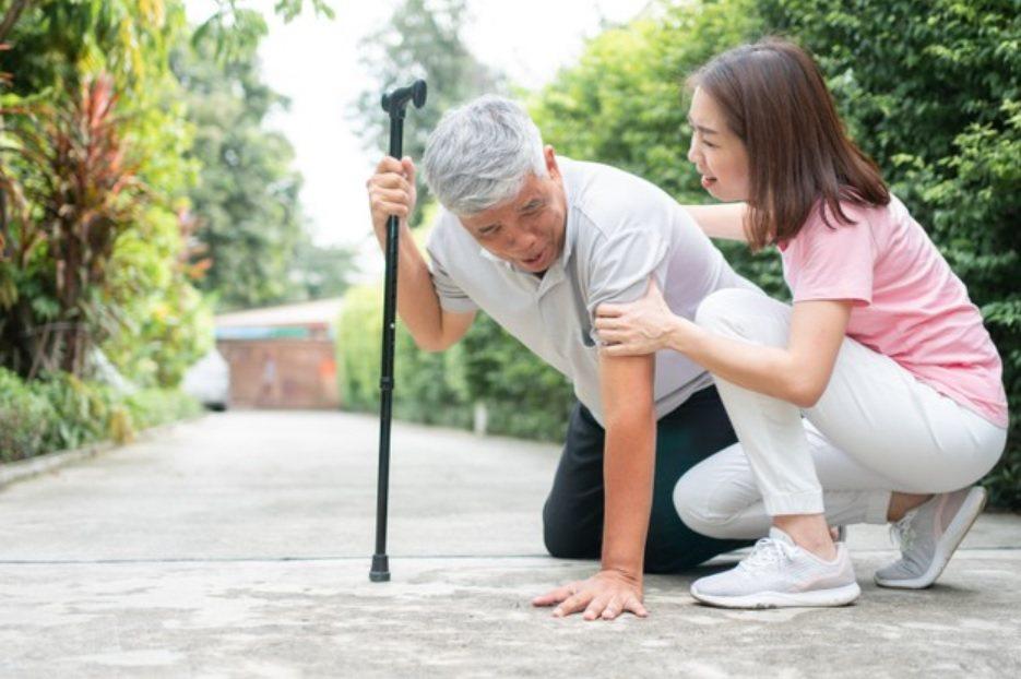 長者長期在家,為避免跌傷致死或因而至醫院就診,增加染疫風險,國民健康署提供「居家...