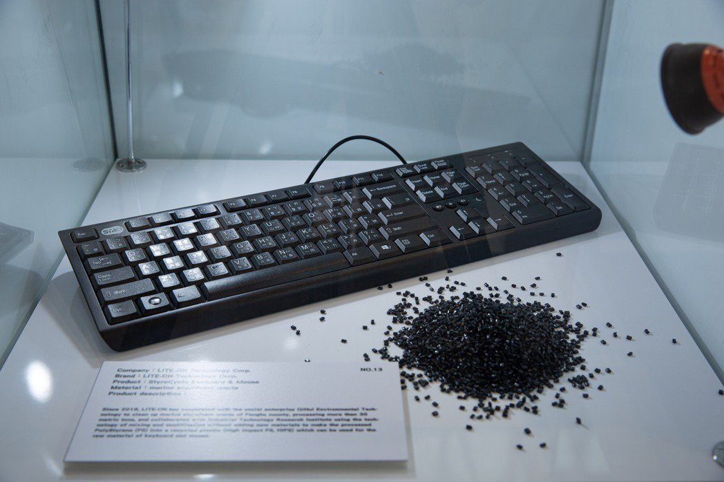 光寶科技「海廢保麗龍鍵盤滑鼠組」。 圖/台灣設計研究院提供