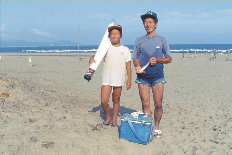 沙灘、鯨魚、海龜、蕗蕎田都是作品,梅原真(Umebara Makoto)創造讓公...