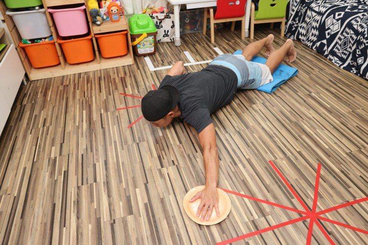 跪膝單邊胸推步驟一:膝蓋跪在瑜珈墊上,雙手往前、手掌著地呈現伏地挺身動作,胸口靠...