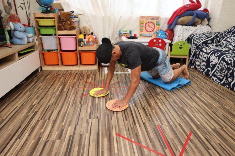 超人飛(核心)步驟一:膝蓋跪在瑜珈墊上緩衝、把雙手手掌放在盤子上,做伏地挺身預備...