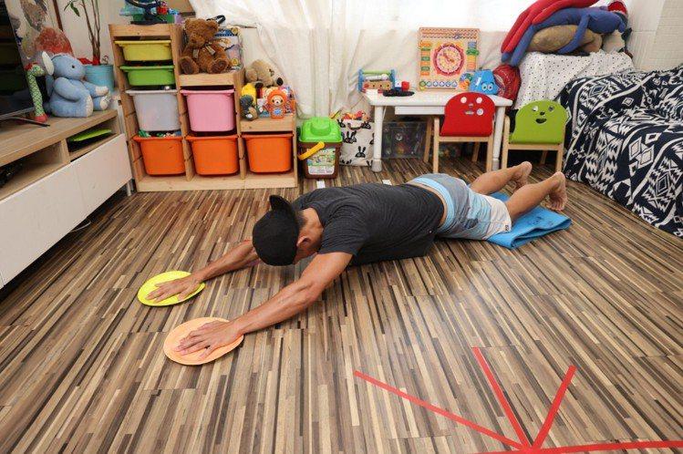 超人飛(核心)步驟二:雙手同時向前滑動伸展、類似滾輪動作,藉以訓練核心肌群,8次...