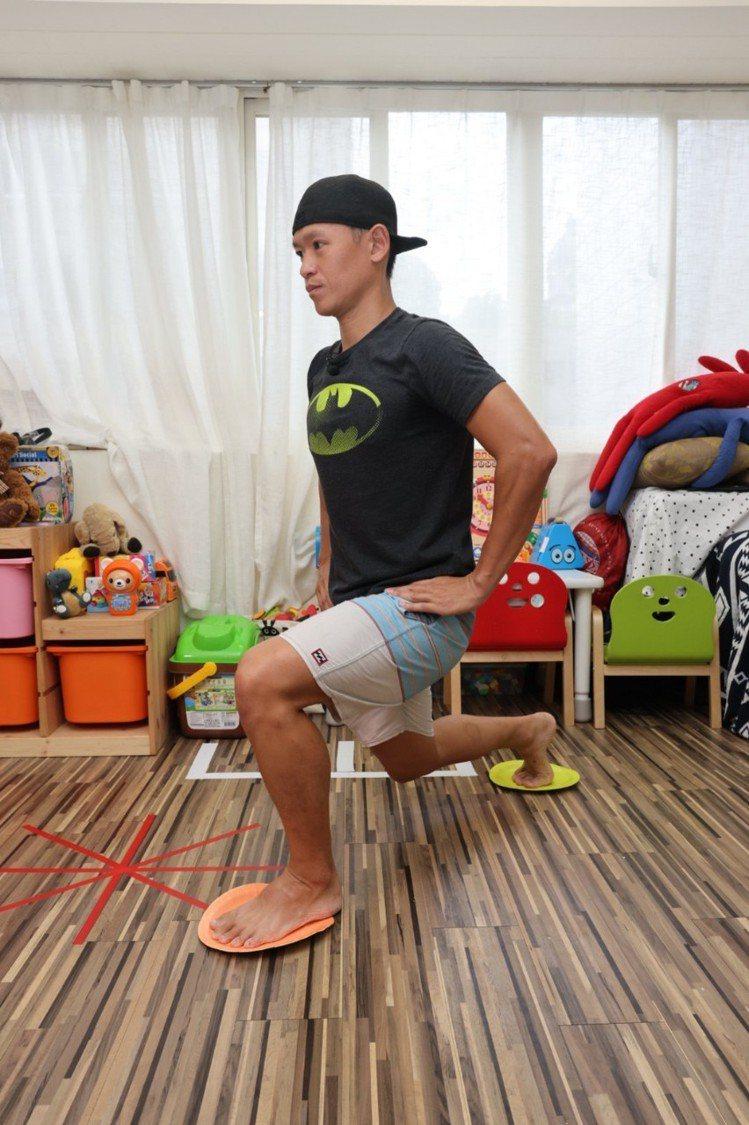側後滑弓箭步(下肢)步驟一:雙腳踩在盤子上,先將右腳往後滑動45度、前弓後箭,前...