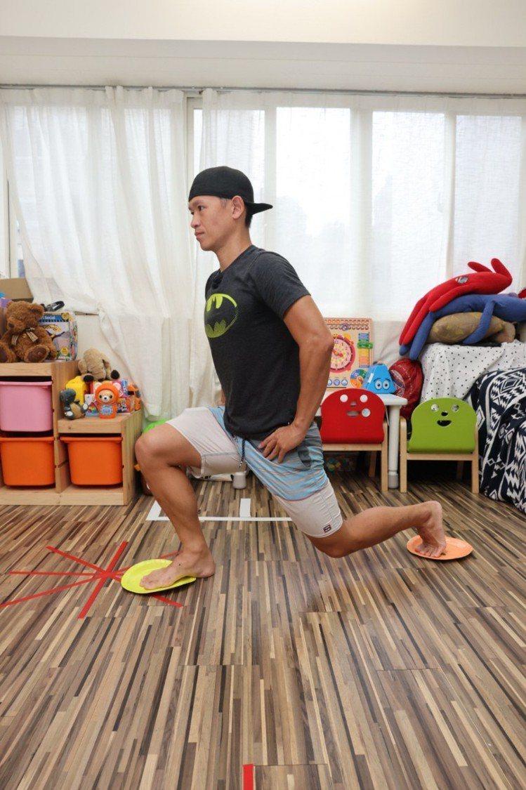 側後滑弓箭步(下肢)步驟二:換邊操作重複12次。記者沈昱嘉╱攝影