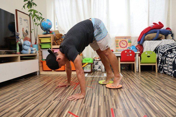 A字曲身(核心)步驟二:腹部用力、將腳掌拉回、把臀部拉高呈現拱橋狀,身體持續往上...