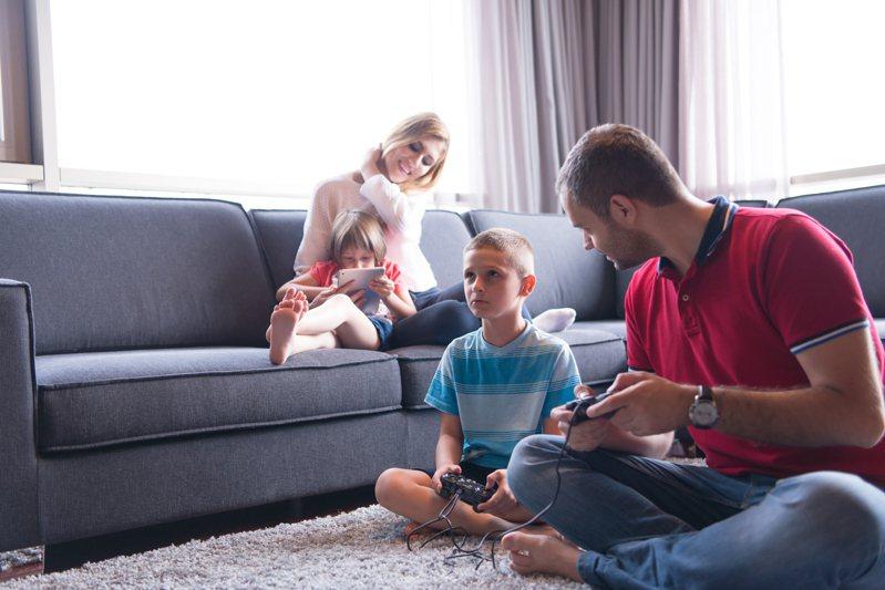 兒福聯盟指出,孩子面對疫情同樣會感到焦慮,並提出家長在防疫期間,應掌握與孩子相處的三大關鍵。 示意圖/ingimage