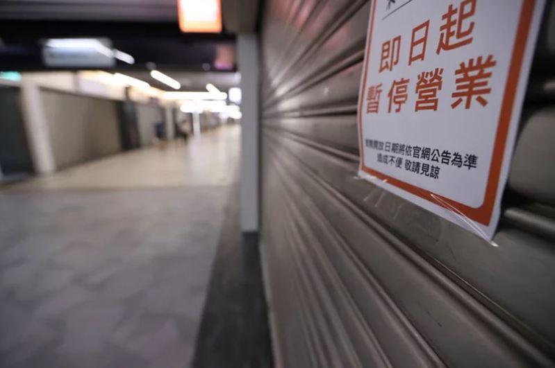 三級警戒二度延長到6月28日,不少業者拉下鐵門暫停營業。 圖/聯合報系資料照片