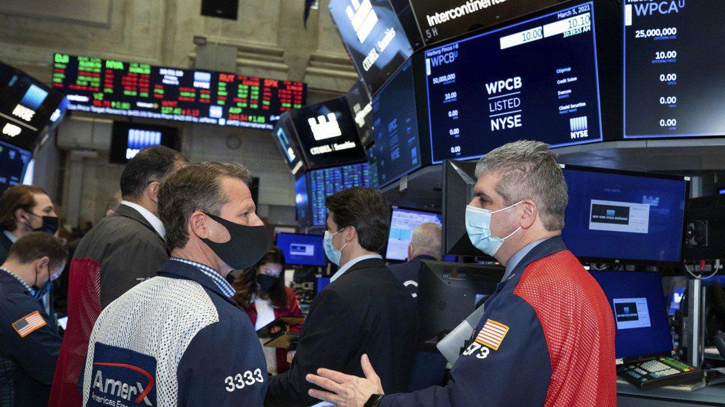 美股三大指數收低,投資人正等待美國聯準會(Fed)公布最新的決策會議結果。美聯社