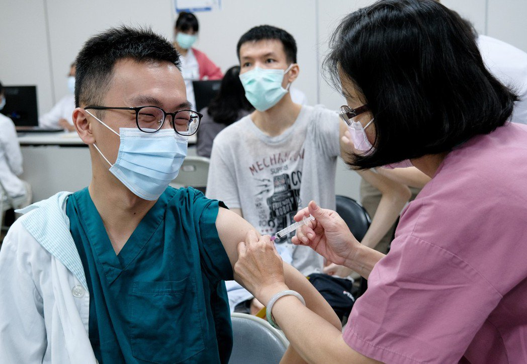 光田醫院員工已完成近98%疫苗接種率,讓醫病更安心。  光田醫院/提供。