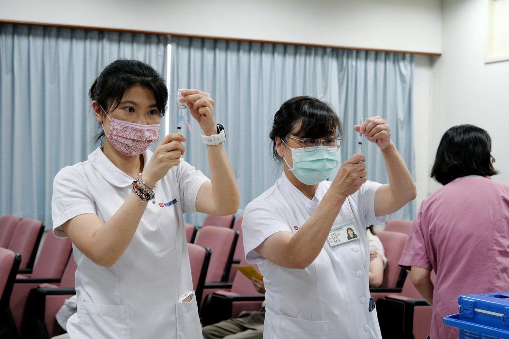 在不浪費緩衝劑量情況下,光田護理師精準抽劑,AZ疫苗最多能施打12人,發揮疫苗最...