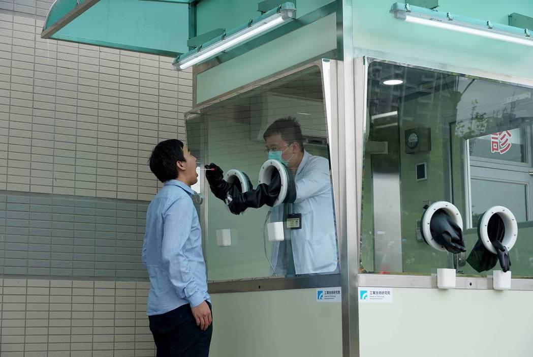 工研院研發、台積電供應商量產的正壓檢疫亭,支援前線檢疫人員。圖片來源:工研院提供