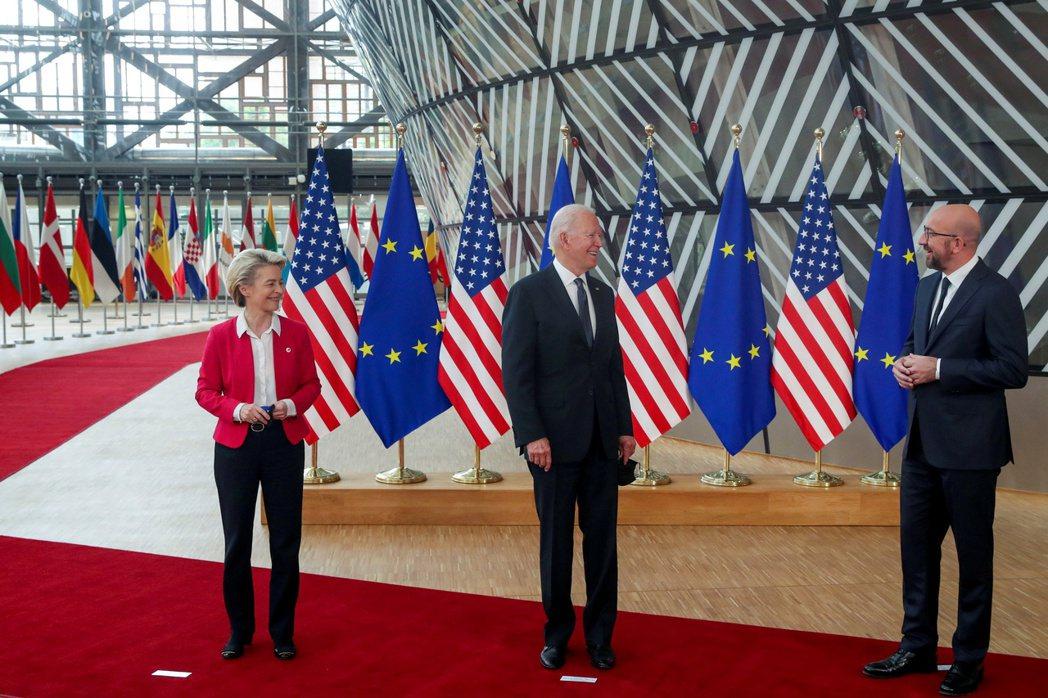 歐盟執委會主席范德賴恩(由左至右)、美國總統拜登和歐洲理事會主席米歇爾在布魯塞爾...