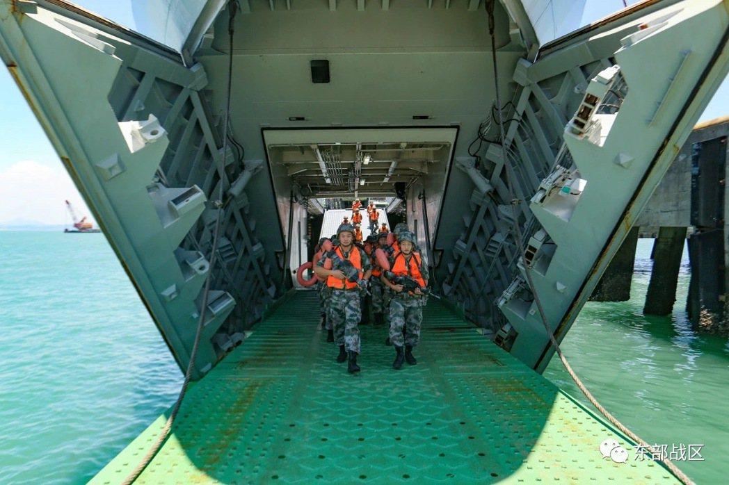 共軍近日開展兵船合練,主要進行車輛裝卸載、海上換乘、搶灘登陸等訓練。(取自解放軍...