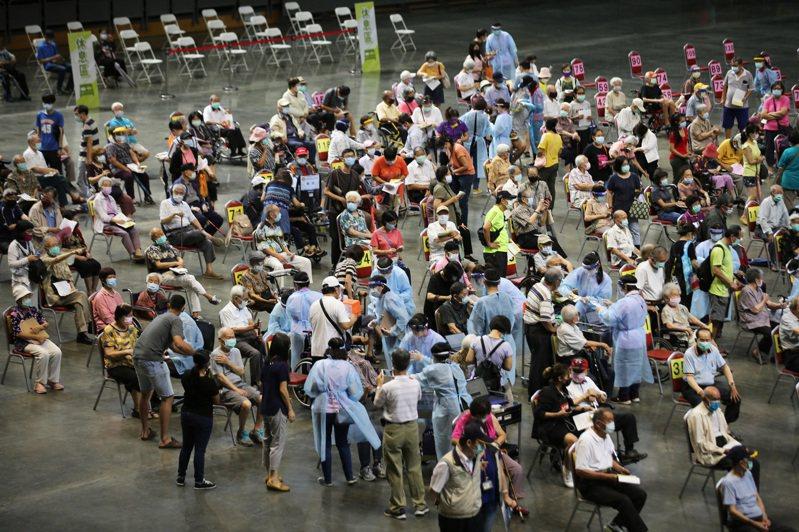 高雄巨蛋疫苗接種站昨天替長輩施打疫苗,醫護人員比照日本「宇美町」式施打法,讓長者排排坐好,由醫護滑過去逐一施打。記者劉學聖/攝影