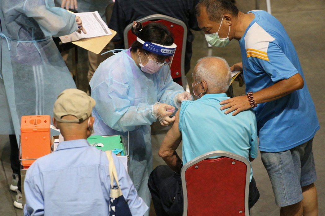 高雄市衛生局長黃志中表示,醫護團隊不求快,而是安全有效率地為長輩接種,每一處接種...