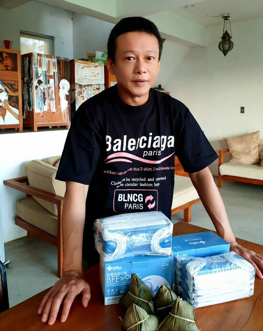 李康生喜收導演送的肉粽。圖/禾力文創提供