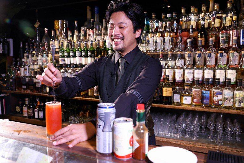 調酒師Brandon以簡單素材設想一天早、中、下午、晚間等不同時段,打造四杯調酒好滋味。記者李政龍 / 攝影