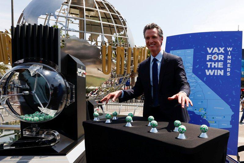 加州州長紐森(Gavin Newsom)在環球影城宣布重啟經濟。(路透)