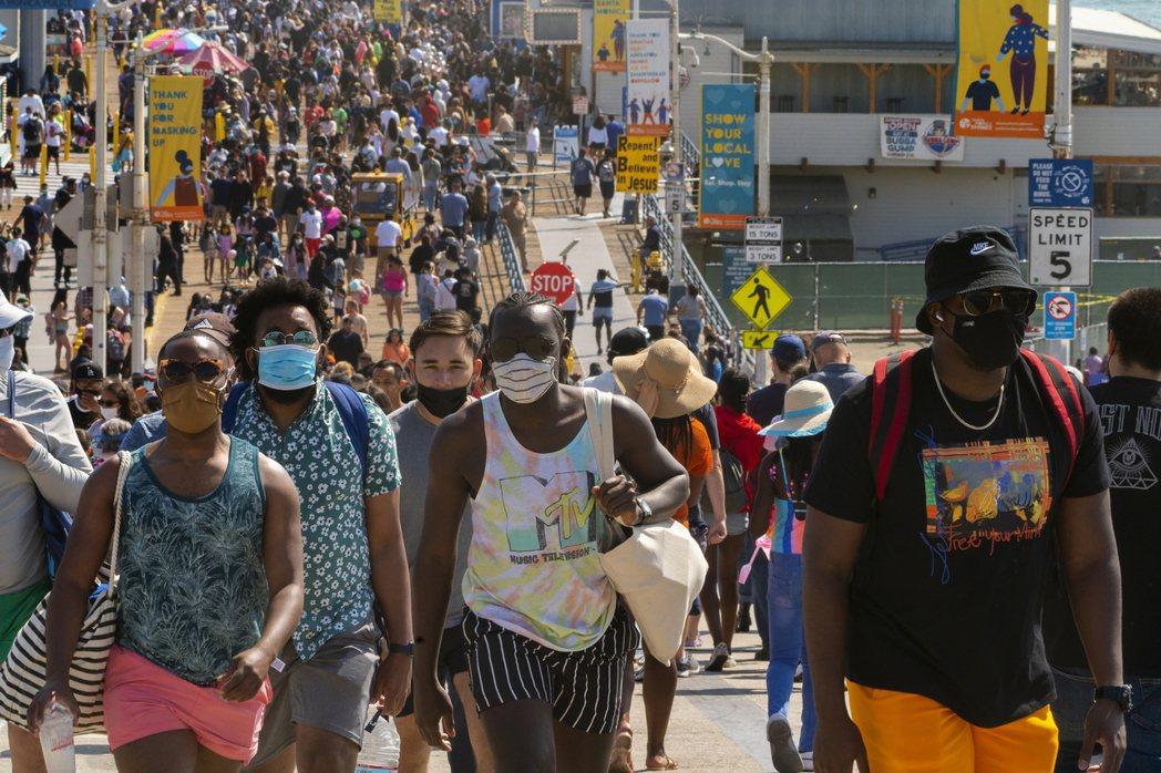加州Santa Monica街道上在5月底已滿滿人潮。(美聯社)