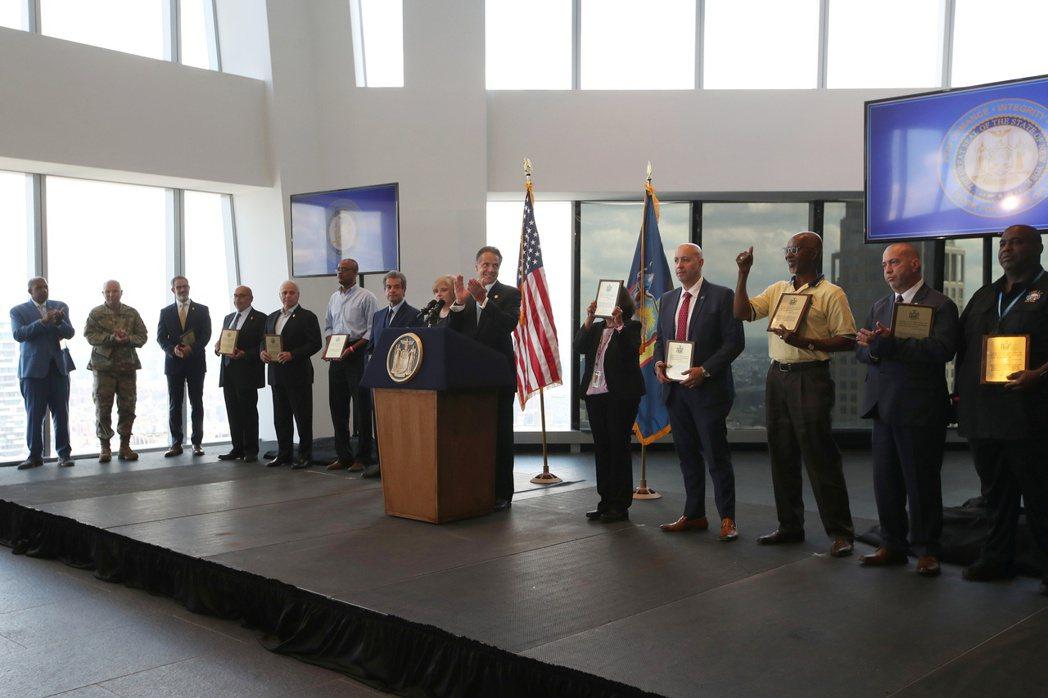紐約州長郭謨在世貿中心一號大樓宣布解除防疫措施。(路透)