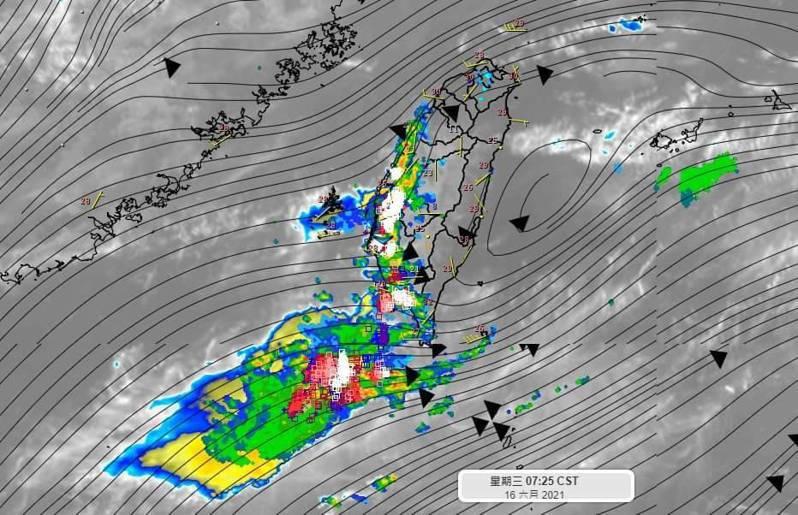 清晨中南部沿海都有發展起來對流雲系,伴隨閃電雷擊,預計未來幾天都類似。圖/取自「氣象達人彭啟明」臉書粉專