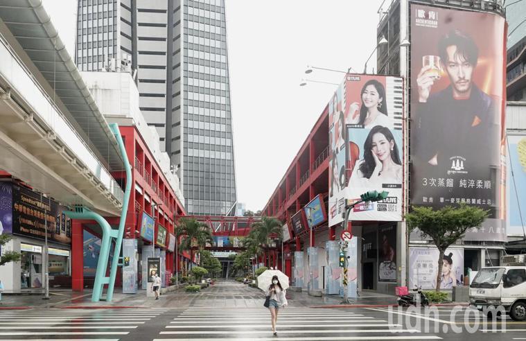 疫情三級警戒第二個周末,一般民眾配合防疫,減少非必要的出門,台北市信義商圈人潮稀...