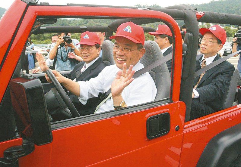 北宜高通車,行政院長蘇貞昌率車隊通過被譽為「世界奇蹟」的雪山隧道時,蘇貞昌及坐在車上的3名前任閣揆都豎起大姆指,表情愉悅。圖/聯合報系資料照片