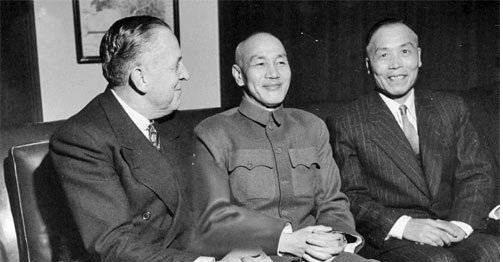 1947年內戰全面爆發後,國府勝少敗多,內戰後期,蔣中正、李宗仁與美國經濟合作總署署長霍夫曼(左)會面。圖/翻攝自網路