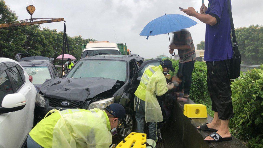 中山高南下民雄路段今天上午發生20車連環車禍,目前已知三名男性傷者送醫。記者莊祖...