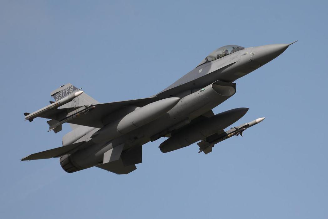 最先接裝升級F-16V的空軍嘉義基地第四聯隊飛官完成AZ疫苗接種,捍衛領空,執行...