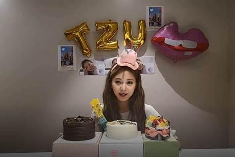 JYP娛樂女子天團TWICE日前發行新專輯,台籍成員周子瑜14日迎接22歲生日,除了接連許多慶生照之外,有粉絲秀出她昔日的童年照,與現今做對比,清純模樣彷若天使。周子瑜曾被選為世界百大最美臉孔冠軍,...