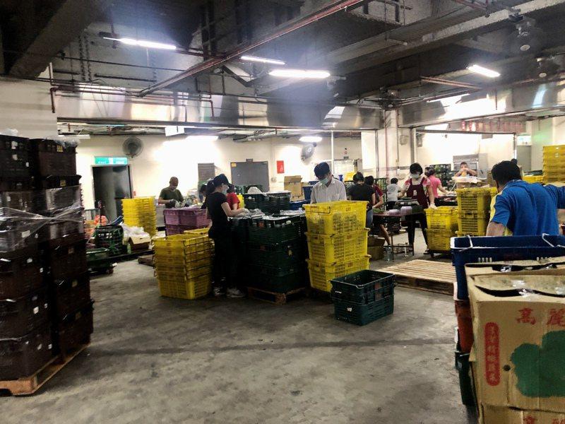 北農第二果菜市場四樓營業部物流課已經有16名員工相繼確診。記者鍾維軒/攝影