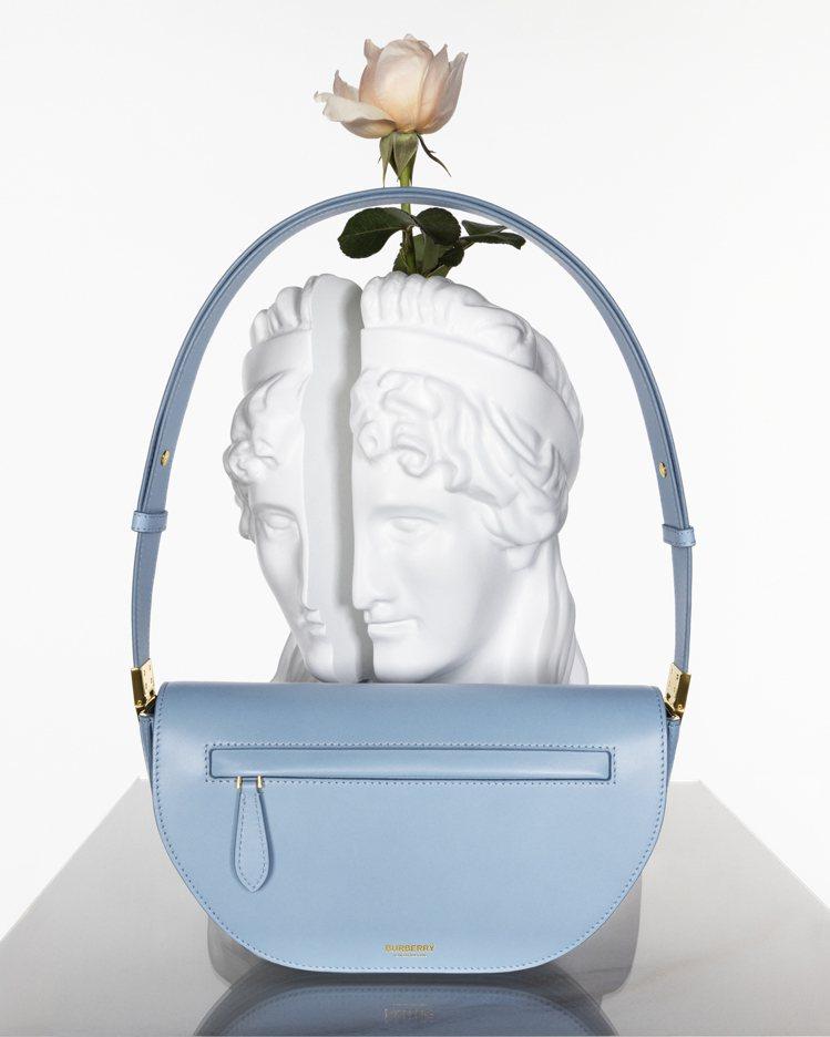 拓帕石藍小型皮革Olympia包,69,000元。圖/BURBERRY提供