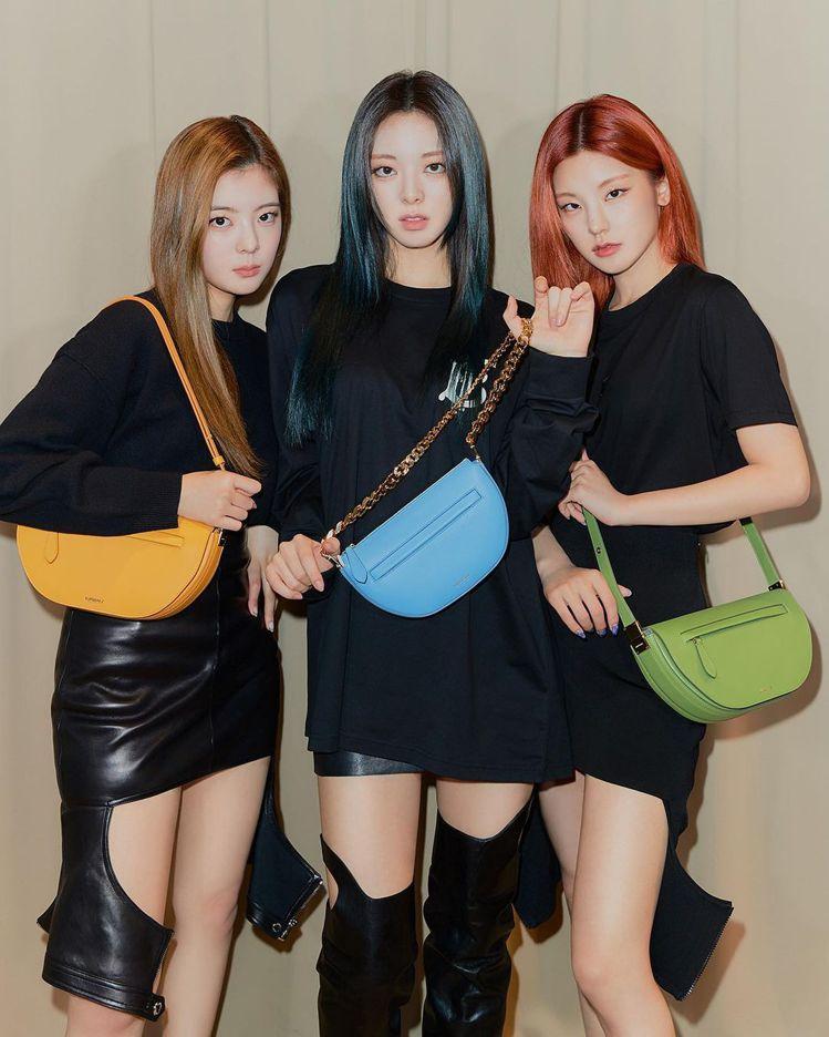 女團ITZY(由左至右)Lia搭配金盞花黃小型皮革Olympia包69,000元...