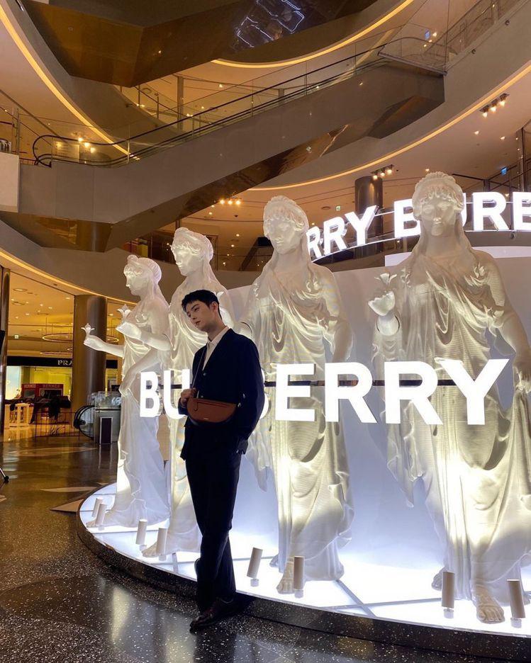 車銀優在出席釜山新世界百貨Olympia精彩世界快閃店時,詮釋暖棕褐色小型皮革O...