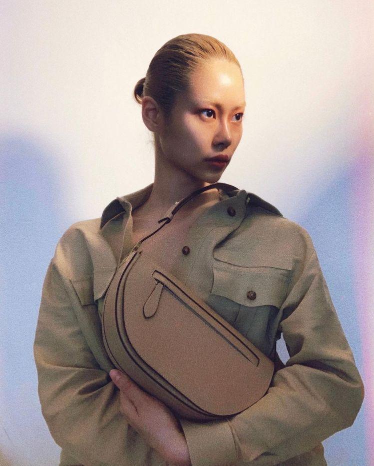 超模安雅凜詮釋淺餅乾色小型皮革Olympia包款,69,000元。圖/取自IG