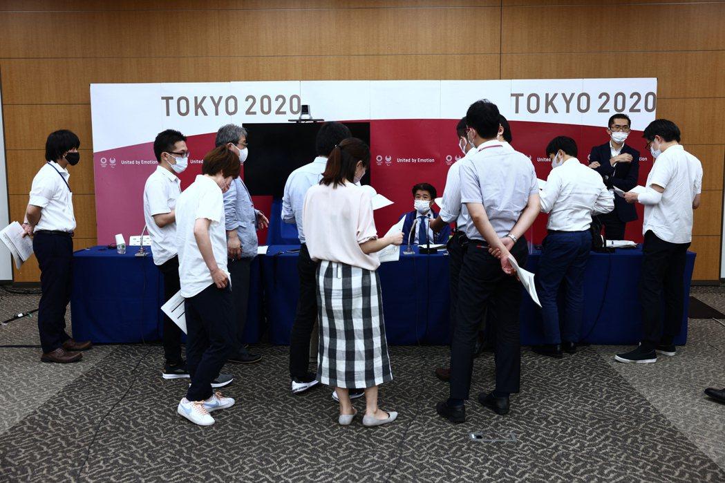 東京奧運籌委會15日舉辦說明會,記者詢問是否允許觀眾入場,目前還沒有結論。歐新社