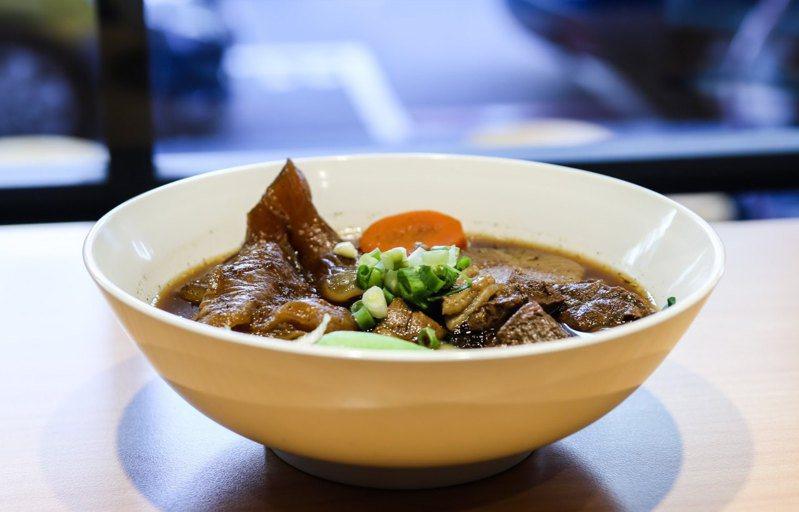 加蚋老爹牛肉麵使用經過12小時熬煮的蔬果精燉湯頭。圖/摘自加蚋老爹‧牛肉麵專賣官方臉書