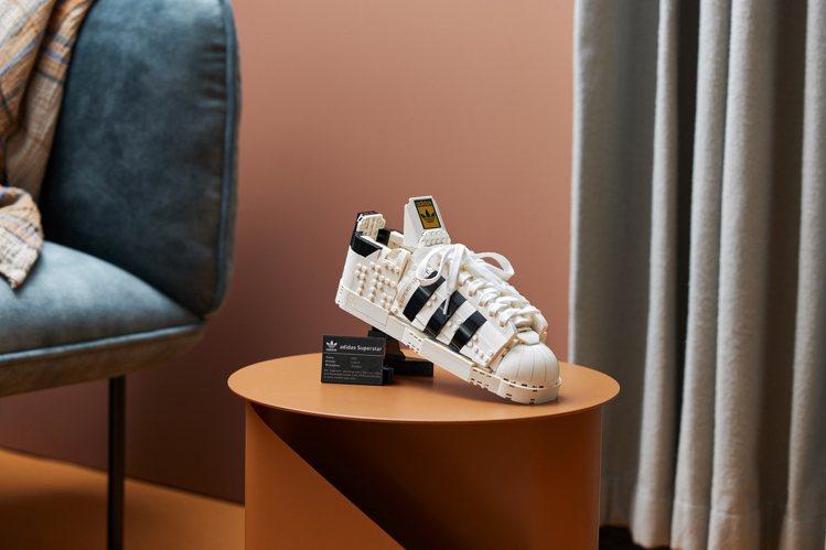滿足adidas Originals粉絲與LEGO收藏家們需求,特別準備展示座與...