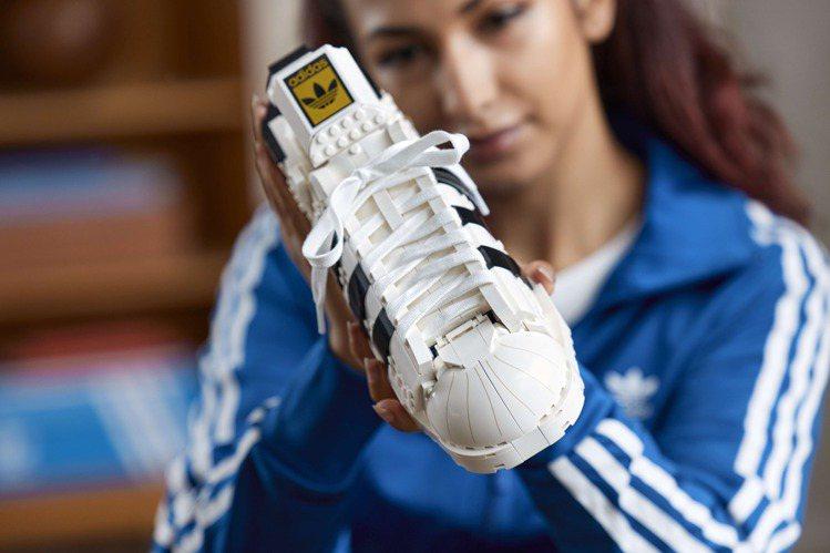 專為大人粉絲所設計的樂高模型,配有鞋帶向adidas Originals Sup...