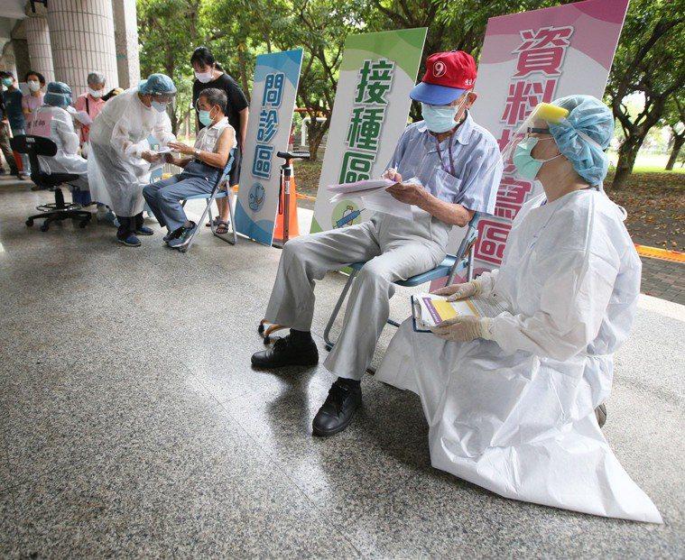 高雄87歲以上高齡長輩接種疫苗第2天,不少長輩起個大早,由家人、看護陪同到接種站...