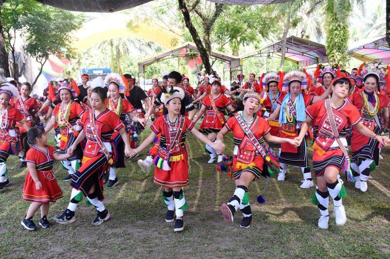 豐年祭是阿美族部落年度最重要慶典,今年因疫情嚴峻,花蓮多個市、鄉原民部落決定停辦豐年祭。圖為去年花蓮市部落舉辦豐年祭盛況。資料照片/花蓮市公所提供