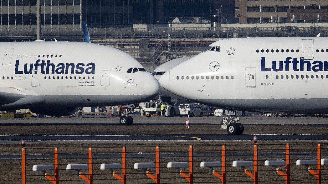 美歐17年飛機爭端為何能落幕,圖左飛機為空巴A380機型,右邊則為波音747機型...
