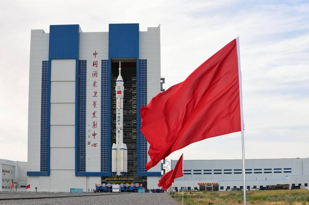 6月9日,神舟十二號載人太空船與長征二號F遙十二運載火箭組合體轉運至發射區。(新...