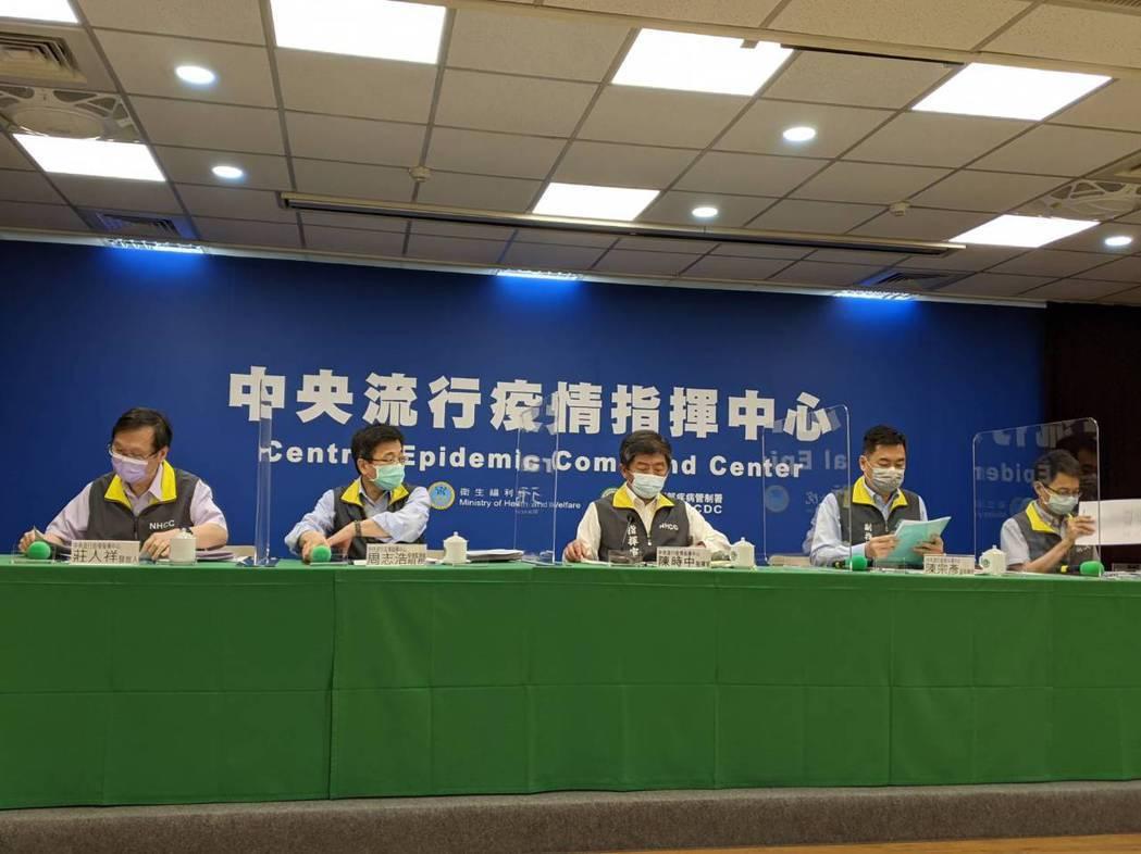 中央流行疫情指揮中心記者會出席由左到右依序為發言人莊人祥、疫情監測組組長周志浩 ...
